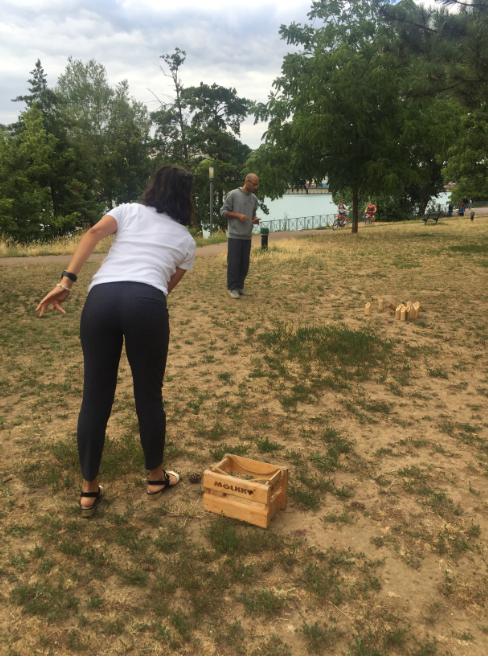 partie de jeux de lancer sur la berge du Rhône