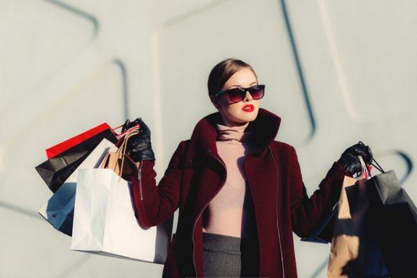Vêtements d'occasion: 5 bonnes raisons pour suivre une nouvelle tendance mode pas cher