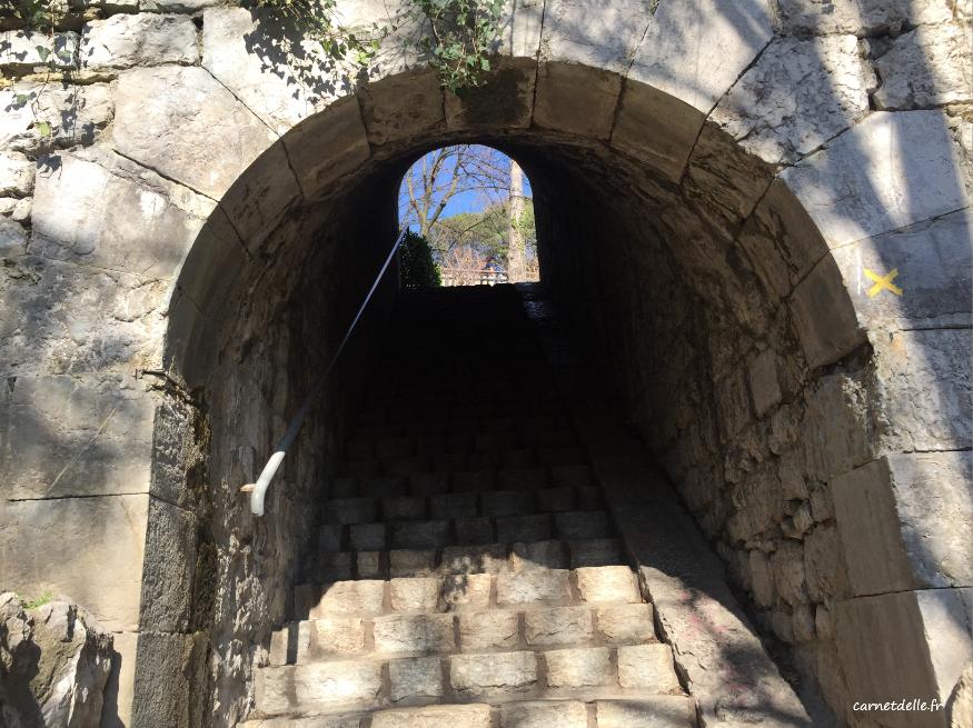 Une des montée des escaliers montée jardin des dauphins