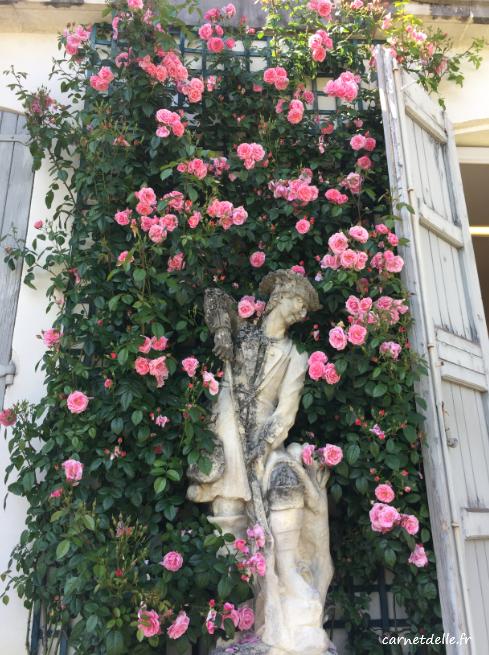 Statut et Roses dans la cour du musée Hébert